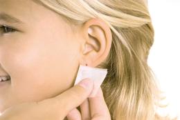 Двете страни на ухото се почистват с алкохолна кърпичка.