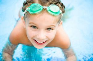 Красиво малко момиченце в басейн